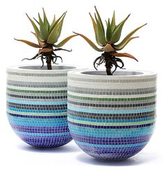 BubbleX mosaic pots is creative inspiration for us. Get more photo about diy hom. - My Wedding Mosaic Planters, Mosaic Vase, Mosaic Flower Pots, Pebble Mosaic, Mosaic Tiles, Mosaics, Mosaic Crafts, Mosaic Projects, Mosaic Stepping Stones