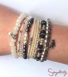 Set de bratari handmade din perle de cultura, swarovski elements si margele de nisip cu insertii argintii. Pret: 40 lei
