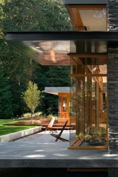 This is a nice detail - transparency broken up by the floating dark plane of structure.The Woodway Residence by Bohlin Cywinski Jackson » CONTEMPORIST