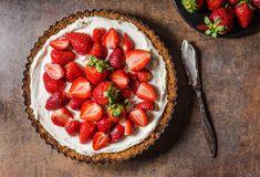 3 recepty na letní ovocný cheesecake Nepečený třešňovo tvarohový meruňkovo smetanový a jahodový   Mimibazar.cz Healthy Cheesecake Recipes, Low Carb Cheesecake Recipe, Yogurt Recipes, Brownie Recipes, Low Carb Recipes, Atkins Desserts, Blueberry Topping, Anzac Biscuits, Cheese