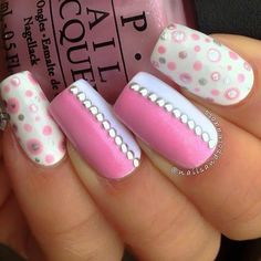 Base blanca.... puntos rosas y plata..... barnices rosa y lila con decoración de pedrería plata...