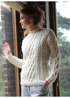 Mag 159 - n° 30 Pull ras de cou #FreePattern in French - chunky white cabled sweater