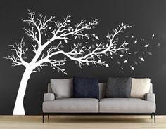 """Wandtattoo """"Großer Baum"""" zweifarbig auf grauer Wand im Wohnzimmer"""