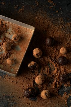 gingerbread truffles: 140 grams raw dark chocolate 70 % (or any good quality dark chocolate), roughly chopped  2 tsp ginger powder  4 tbsp Molasses  70 mls cream   For Rolling the truffles:  2-3 tbsp cocoa powder