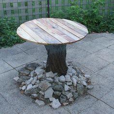 Construire une table de jardin en bois de palette sur tronc d'arbre