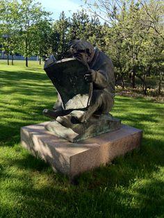 Lehdenlukija - Heikki Varja (1982). Lehdenlukija on henkilökunnan lahjoitus Tampereen Kirjapainolle yhtiön täyttäessä sata vuotta. Entisen Aamulehden Sarankulman toimitalon edustalla.