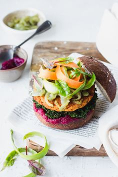 Veg smoked chickpeas burgers in pretzel buns with raw veggies, steamed kale and beetroot ketchup Wrap Recipes, Vegan Recipes, Vegan Meals, Burger Recipes, Burger Food, Food Set Up, Chickpea Burger, Best Italian Recipes, Light Recipes