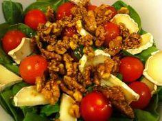 Ensalada tibia de espinacas: espinacas, nueces, queso de cabra y aliño con sésamo, ajo y salsa de soja.     Warm spinach salad with goat cheese and walnuts (soy sauce dressing)