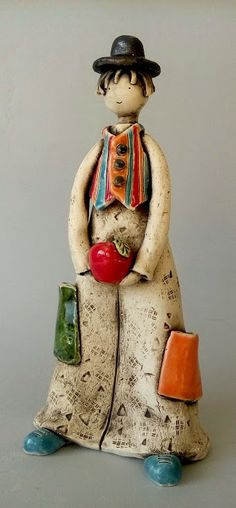 Petit clown avec gilet et boule rouge Ceramic Owl, Ceramic Animals, Ceramic Clay, Ceramic Pottery, Pottery Art, Sculptures Céramiques, Sculpture Clay, Ceramica Artistica Ideas, Ceramic Glaze Recipes