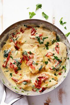 Creamy Tuscan Garlic Chicken – Recipes de Creamy Tuscan Garlic Chicken has the most amazing creamy garlic sauce with spinach and sun-dried tomatoes. This meal is a restaurant quality meal done in 30 minutes! Tuscan Garlic Chicken, Garlic Chicken Recipes, Tuscany Chicken Recipe, Keto Chicken, Recipe Chicken, Chicken Salad, Chicken Meals, Heavy Cream Chicken Recipe, Chicken With Cream Cheese