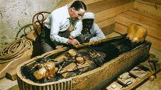 El arqueólogo Howard Carter y un trabajador examinan el sarcófago con interior de oro macizo de Tutankamon