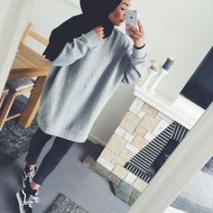 Hijabi wearing long grey sweater and skinny jeans Hijab Casual, Hijab Chic, Hijab Outfit, Casual Hijab Styles, Modern Hijab Fashion, Street Hijab Fashion, Islamic Fashion, Muslim Fashion, Modest Fashion