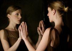 Resultado de imagem para pessoas se olhando no espelho