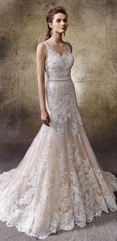 You know that all eyes will be on a dress when it's hard to stop looking at it. And that is exactly what happens with this wedding dress in soft tulle with elegant gemstone appliqués, long sleeves, flared cut and a provocative V-neckline. A very urban and modern wedding dress, completely unforgettable.