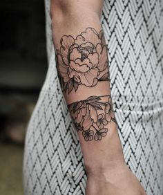 abstract tattoo, floral tattoo with black ink, tattoos desig … Foot Tattoos, New Tattoos, Small Tattoos, Tatoos, Flower Tattoo Designs, Flower Tattoos, Flower Designs, Tattoo Floral, Pretty Tattoos