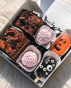 Comida De Halloween Ideas, Pasteles Halloween, Cute Halloween Treats, Halloween Menu, Halloween Treat Boxes, Halloween Sweets, Spooky Treats, Halloween Goodies, Halloween Cakes