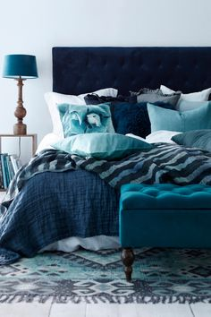 Monochromatic teal blue bedroom with velvet, linen and cotton Bedroom Turquoise, Gold Bedroom, Bedroom Green, Bedroom Inspo, Master Bedroom, Blue Headboard, Blue Bedding, Bedroom Color Schemes, Bedroom Colors