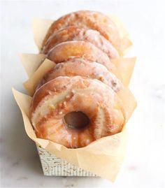 Sour Cream Cake Donuts with Maple Brown Butter Glaze Recipe Just Desserts, Delicious Desserts, Dessert Recipes, Yummy Food, Cake Donut Recipes, Baked Donuts, Doughnuts, Donut Muffins, Gastronomia