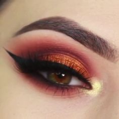 Atemberaubende Red & Gold Winged Eye Makeup Tutorial - Augen Make-Up Red Eye Makeup, Halloween Eye Makeup, Makeup Eye Looks, Glitter Eye Makeup, Beautiful Eye Makeup, Maquillage Halloween, Smokey Eye Makeup, Glam Makeup, Makeup Inspo