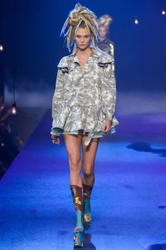 Marc Jacobs did it again and Karlie Kloss kills it on the catwalk! Check out the crazy hair, the high platform heels and the beautiful outfits for his Spring/Summer 2017 collection!