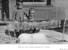 Weaving the Taniko Border of a Cloak Maori Words, Polynesian People, Maori Patterns, Maori People, Maori Designs, Maori Art, Textiles, Historical Pictures, New Zealand