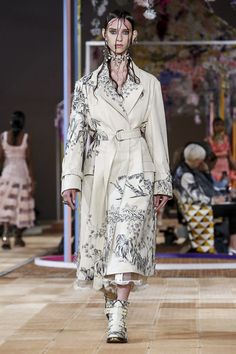 Alexander McQueen Fashion Show Ready to Wear Collection Spring Summer 2018 in Paris Live Fashion, Fashion Show, Runway Fashion, Womens Fashion, Spring Looks, Spring Summer 2018, Fashion Brands, Alexander Mcqueen, Evening Dresses