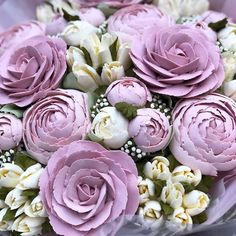 Learn how to pipe beautiful buttercream flowers Cake Decorating Company, Creative Cake Decorating, Creative Cakes, Decorating Ideas, Cookie Decorating, Gorgeous Cakes, Pretty Cakes, Amazing Cakes, Buttercream Cupcakes