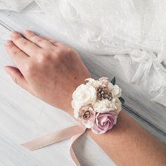 Bei braccialetti di pallido rosa, bianco, avorio fiori e foglie. Altri https://www.etsy.com/listing/292344073/flower-wrist-corsage-bridesmaides?ref=shop_home_active_1 corsage da polso Tutti gli articoli saranno regali pranzo gratuito. Mostra il mio negozi