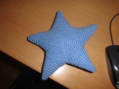 Wie du einen Amigurumi Stern häkeln kannst, zeige ich dir in dieser einfachen Anleitung. Du kannst natürlich auch viele Sterne häkeln und wenn du möchtest