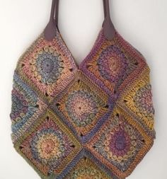 Crochet Handbags Crochet Sunburst Granny Square Bag - free pattern at Stashing Yarn. - Make your own gorgeous crochet bag using simple granny squares. Free pattern and instructions. Bag Crochet, Crochet Shell Stitch, Crochet Purses, Granny Square Crochet Pattern, Crochet Granny, Crochet Patterns, Crochet Squares, Granny Square Häkelanleitung, Granny Squares