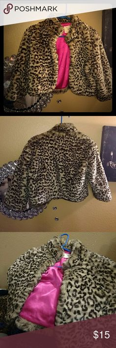Leopard faux fur crop jacket with satin Hardly ever used really cute and trendy fashionable faux-fur leopard crop top jacket with hot pink lining fur looks and feels like it is in like new condition fits sizes small and small medium Forever 21 Tops Crop Tops