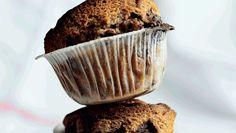 Disse grove muffins er geniale, hvis du har et par plettede bananer i frugtskålen. Brug de nødder, du bedst kan lide, og erstat evt. marcipanen med endnu mere chokolade. Her får du opskriften på banan-muffins med chokolade, nødder og marcipan