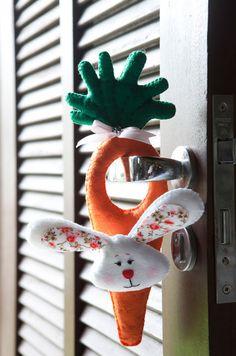 Coelhinho da Páscoa com uma cenoura de feltro (1) (463x700, 449Kb)