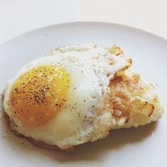 Fried Risotto Cake with An Egg, instagram @bonnietsang