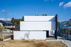 Construído na 2015 na Tsukuba, Japão. Imagens do Ippei Shinzawa. A fachada cria a imagem de três círculos sobrepostos que são erguidos na grande extensão de grama. O interior combina...