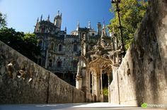 #Portugal, 15 endroits qu'il ne faut absolument pas rater - via Huffington Post 09.08.2015   En effet le pays regorge de paysages à couper le souffle et possède également quelques monuments religieux et historiques incontournables que nous avons décidé de lister ici pour vous aider à ne rien manquer lors de votre découverte du Portugal. Photo: Palais de la Regaleira, Sintra
