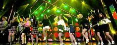 걸 그룹(Girl Group) 혹은 소녀 그룹(少女-)은 1993년에 언론에 처음으로 등장하기 시작한 신조어이다. 이후 1997년경부터 S.E.S 핑클 등 10대 후반 20대 초반의 젊은 여성들이 그룹을 만들어 가요계에 데뷔하면서 본격적으로 쓰이기 시작했다. 대중가요에 종사하는 어리고 젊은여성 가수의 집단적 구성을 일컫는 용어이다.        K-POP (韩国男子组合)-韩国男子组合K-pop亦是Korea-pop单词的缩写。 众多歌手、组合和乐队的精..