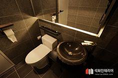 인더스트리얼인테리어 - 수영구 민락 롯데캐슬자이언트 45평 리모델링 / 무게감이 느껴지는 모던인테리어, 간접조명 활용 : 네이버 블로그 Toilet, Floor Plans, Flooring, Bathroom, House, Interior Design, Architecture, Washroom, Nest Design