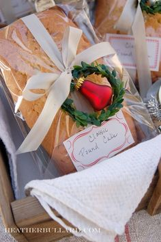 New Bread Packaging Diy Loaf Pan Ideas Christmas Food Gifts, Christmas Kitchen, Christmas Gift Wrapping, Christmas Goodies, Christmas Baking, Holiday Gifts, Christmas Holidays, Hostess Gifts, Christmas Ornaments
