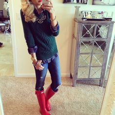 ℒᎧᏤᏋ ℒᎧᏤᏋ her comfy yet casual look..ℒᎧᏤᏋ the red plaid flannel shirt underneath the green sweater with those jeans & the red Hunter boots!!!! ღ❤ღ  Via..A Spoonful of Style