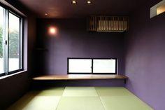 紫という印象の強い壁の色が目に飛び込んでくる和室。しかし琉球畳の淡い緑がその紫を和らげ調和をもたらしています。色彩のバランスが、特別な一室として和室を演出しています。
