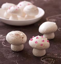 Small mushrooms in meringue for log decoration - Ôdélices cooking recipes - Trend Cake Toppings 2019 Cookie Recipes From Scratch, Holiday Cookie Recipes, Easy Cookie Recipes, Holiday Cookies, Holiday Desserts, Holiday Baking, Christmas Baking, Dessert Recipes, Christmas Recipes