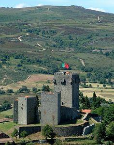 O castelo de Montalegre, em Portugal, evoca séculos de luta e de reconquista na época medieval. Visit Portugal, Portugal Travel, Spain And Portugal, Beautiful Castles, Beautiful World, Beautiful Places, Castle Ruins, Medieval Castle, Monuments