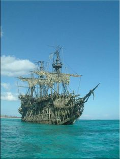 Pirate Art, Pirate Life, Abandoned Ships, Abandoned Places, Hms Hood, Bateau Pirate, Old Sailing Ships, Flying Dutchman, Water Element