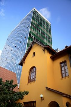 Contraste en Plaza Washington, Lima, Peru - by  Ricardo J. Granado