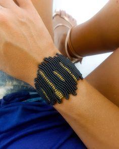 L'immagine può contenere: una o più persone e primo piano Macrame Colar, Macrame Bracelet Diy, Soutache Bracelet, Macrame Art, Macrame Knots, Micro Macrame, Macrame Jewelry, Beaded Bracelets, Bangles