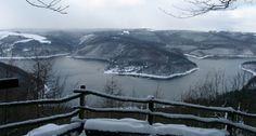 Ein Mantel auch Schnee verzaubert im Winter die Seenlandschaft des Nationalparks Eifel