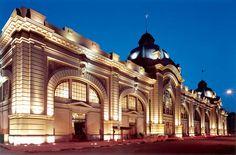 Revitalização de mercado público, São Paulo-SP          A fachada principal do Mercado Municipal recebeu iluminação monumental