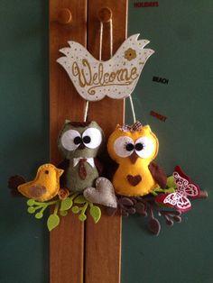 Gufetti fuori porta in pannolenci, rametti e fiori con big schot ,targhetta di legno decorata schabby e scritta a mano,