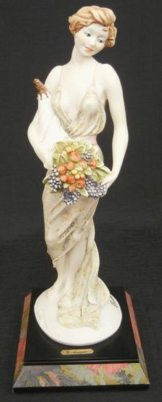 Giuseppe Armani figurine , lady holding bouquet of flow : Lot 1